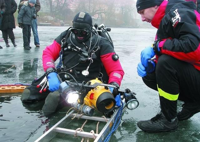 Pozorowana akcja wydobycia płetwonurka, który zaginął pod lodem.