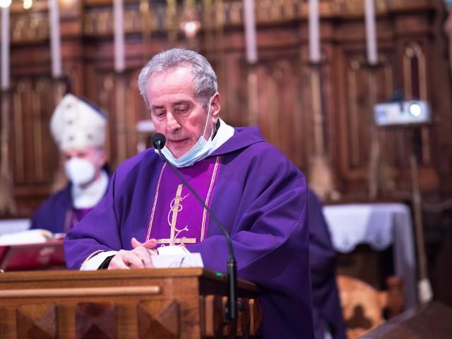 Ksiądz kanonik Jan Rudniewski posługę pasterską w parafii w Pawłowicach pełnił przez ponad 20 lat. W mszy dziękczynnej za służbę uczestniczył między innymi Marek Solarczyk, biskup diecezji radomskiej.