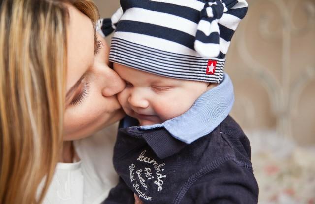Choć serduszko moje małe,Tobie dziś oddaje całe.byś na zawsze pamiętałaI podziękę moją znała.Za to wszystko coś zrobiła,Za to żeś mnie urodziła,I że byłaś mą ostoją,Za to żeś jest matką moją.Ślę życzenia a nie kwiatkiOraz miłość na Dzień Matki.***Z okazji Twego święta, Mamożyczę Ci zdrowia, sił i codziennej radościwraz ze słowami największej wdzięczności.Za wszystkie dla mnie trudy i staraniaskładam Ci dzisiaj podziękowania.***Mam dla Ciebie bukiet życzeń,Moja Mamo ukochana,Niech Twa buzia będzie zawszeTylko roześmiana,Niech Ci szczęście oraz zdrowieNieustannie dopisująnich się Twoje marzeniaw każdym dniu realizują.
