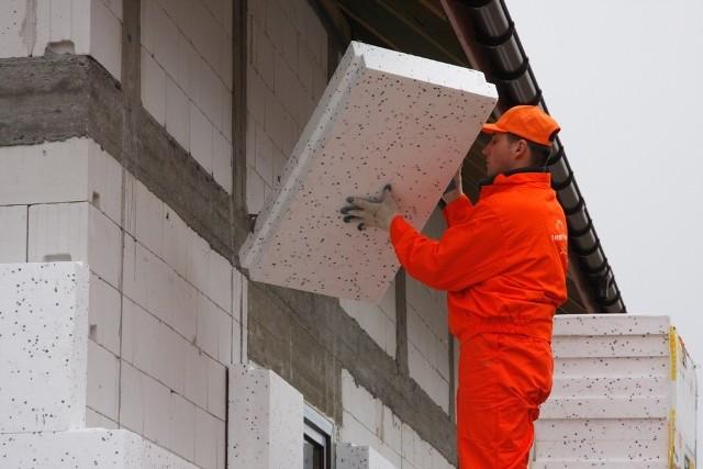 """termomodernizacja domuLepiej poszukać sprawdzonej firmy, która dociepli dom """"na gotowo"""" w jednolitym sprawdzonym systemie i co najważniejsze z gwarancją wykonania. Ta firma zajmie się też transportem materiałów, zabezpieczy odpowiednie rusztowanie, zabierze nadwyżki materiałów i posprząta po sobie."""