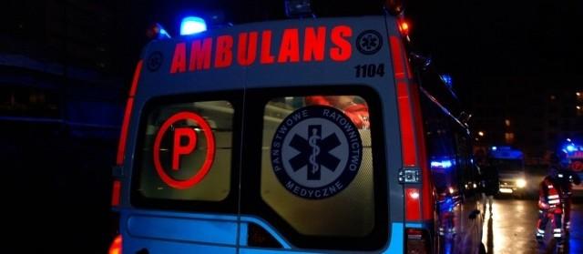 Gdy ratownicy zaczęli sprawdzać tętno i podstawowe czynności życiowe u 20-latka, mężczyzna nagle przebudził się i uderzył pięścią w twarz 55-letniego ratownika