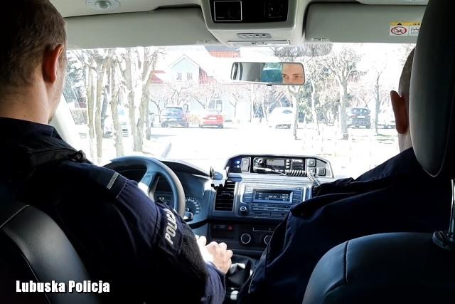 Żarscy policjanci zatrzymali 30-latka, który powinien przebywać na kwarantannie.