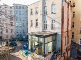 Niezwykłe mieszkanie we Wrocławiu. Szklana kostka przy zaniedbanej kamienicy [ZDJĘCIA]