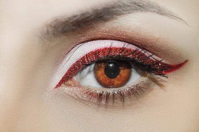 """Najmodniejszy w 2021 roku makijaż brwi to tzw. """"no brows"""". Stylizacje i inspiracje znajdziesz w naszej galerii.Obejrzyj pomysły na makijaż """"no brows"""" na kolejnych zdjęciach >>>"""