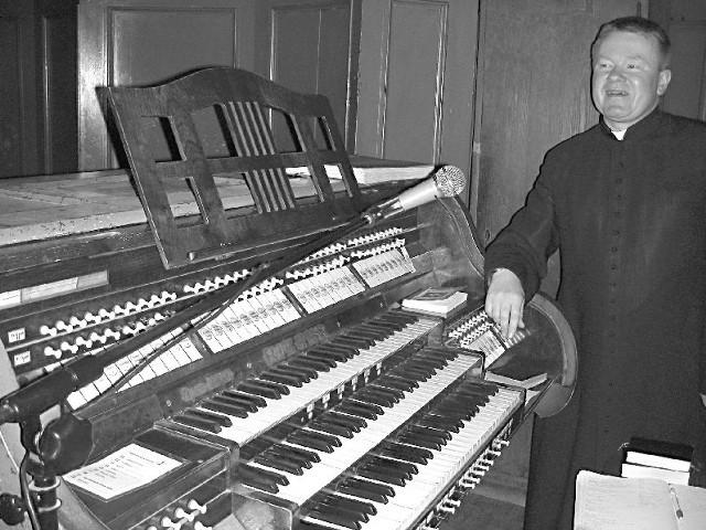 Ks. Ryszard Kinder: - Na Śląsku Opolskim firma Ruger und Closs z Krnova wybudowała kiedyś bardzo wiele instrumentów kościelnych. Zapewne nie tylko nasz wymaga remontu. (fot. Krzysztof Strauchmann)