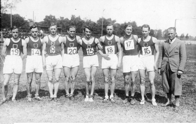 Zdjecie przedstawia całą grupę przedwojennych jagiellońskich lekkoatletycznych asów, wśród których są widoczni m.in. – Julian Strzałkowski (nr 9 na koszulce), Kazimierz Kucharski (nr 15 na koszulce), Edward Luckhaus (nr 16 na koszulce).