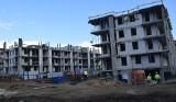 Budowa bloków w Szydłowcu. Dwa z nich już prawie gotowe, robotnicy pracują przy ostatnim [ZDJĘCIA]