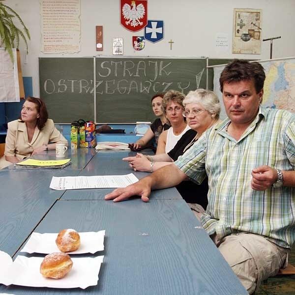 Nauczyciele z SP nr 17 w Rzeszowie: Są pieniądze na podwyżki dla urzędników z IPN, dlaczego nie ma dla nas?