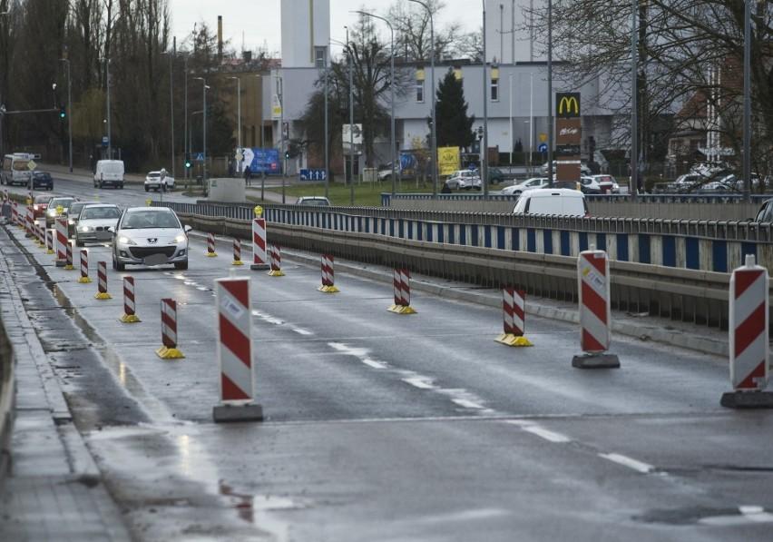 Wiadukt został zamknięty w marcu ze względu zły stan techniczny. Konieczne było wysypanie piachu, by zablokować przejazd aut
