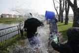 Lany poniedziałek. Za samo wyjście z wiadrem wody możesz dostać 500 zł mandatu. Jakie są kary za oblewanie wodą?