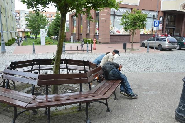 Jak bumerang wraca problem z bezdomnymi w centrum miasta. Śmiecą, żebrzą i odstraszają turystów.