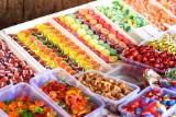 Jest dowód na to, że barwnik E171 może uszkodzić DNA. Jest stosowany w słodyczach, majonezie i kosmetykach
