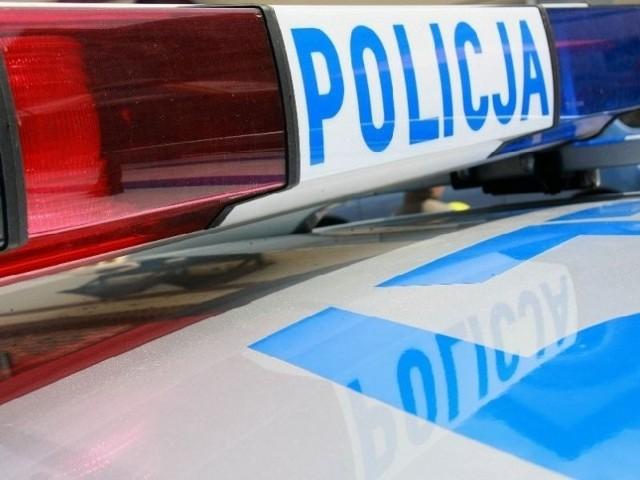 24-latek siekierą uszkodził samochód i ranił jego właściciela.