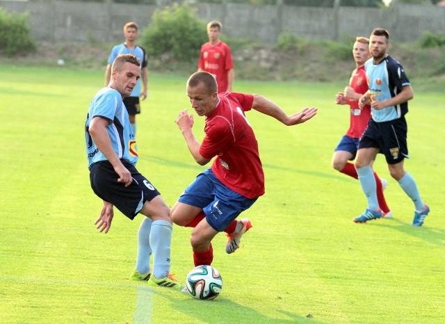 O piłkę walczą: grający w poprzednim sezonie w opolskim zespole zawodnik Znicza Michał Glanowski (z lewej) i Mateusz Gancarczyk.