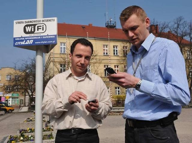 Wojciech Lis i Damian Sarbak opracowali wejście stron Wolsztyna do internetu z komórki. W tym miejscu na Rynku połączenie jest nawet przez dwie godziny dziennie za darmo.