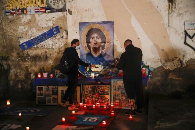 Na ulice wyszli również mieszkańcy Neapolu, paląc znicze pod  muralem upamiętniającym ich idola na placu w dzielnicy Quartieri Spagnoli