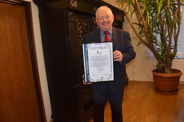 """Burmistrz Leszek Dzierżewicz z przyznanym miastu certyfikatu """"Samorządowego Lidera Edukacji""""."""