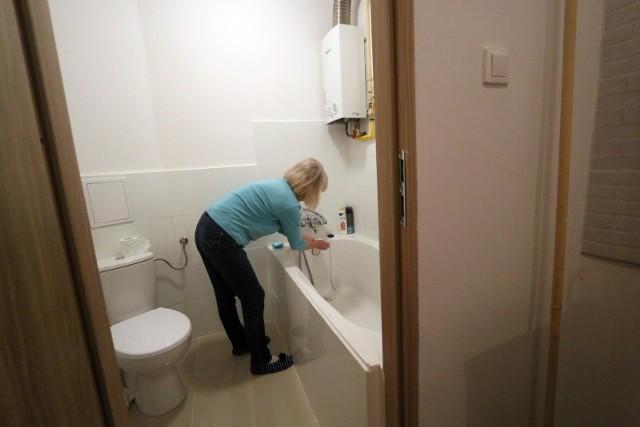 Kiedy lokatorzy są zajęci kontrolą wody i rurociągów, do mieszkania wchodzi druga osoba i przeszukuje mieszkanie, szukając wartościowych rzeczy.