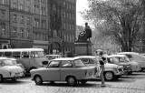 Samochody i zieleń. Tak wyglądał kiedyś Rynek. Dziś zniknęło jedno i drugie (ZDJĘCIA)
