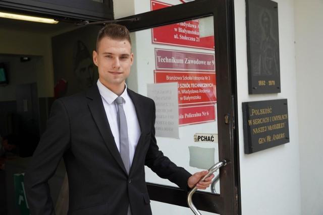 Adrian Świerzbiński zdawał we wtorek poprawkowy pisemny egzamin z matematyki. Choć dostał pracę od razu po szkole, podkreśla, że zdana matura to ważna sprawa w CV