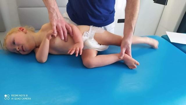 Milena Zima wymaga codziennych rehabilitacji w specjalnym ośrodku, dodatkowo niezbędne są specjalny wózek, ortezy i pionizator, dzięki którym może ona utrzymać prawidłową postawę ciała