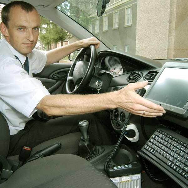 Mł.asp. Grzegorz Kiebała z Wydziału ruchu drogowego KWP w Rzeszowie niebawem wyjedzie w teren radiowozem wyposażonym w komputer.