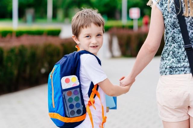 Większość rodziców kupuje wyprawkę zgodnie z listą przygotowaną przez szkołę (36 proc.), nieco mniej kieruje się doświadczeniem (34 proc.).