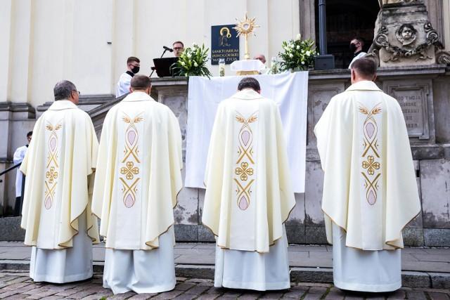 Ponad 60% Polaków uważa, że księża powinni płacić podatki