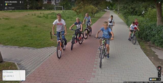 Zobacz zdjęcia radomian na Google Street View! W programie automatycznie zamazywane są ludzkie twarze i tablice rejestracyjne samochodów, ale na zdjęciach można rozpoznać siebie lub kogoś znajomego po charakterystycznej sylwetce, ubraniu lub miejscu. A może to ciebie upolowała kamera Google'a - na spacerze z psem, w czasie zakupów lub podczas rowerowej przejażdżki po radomskim osiedlu Gołębiów I?