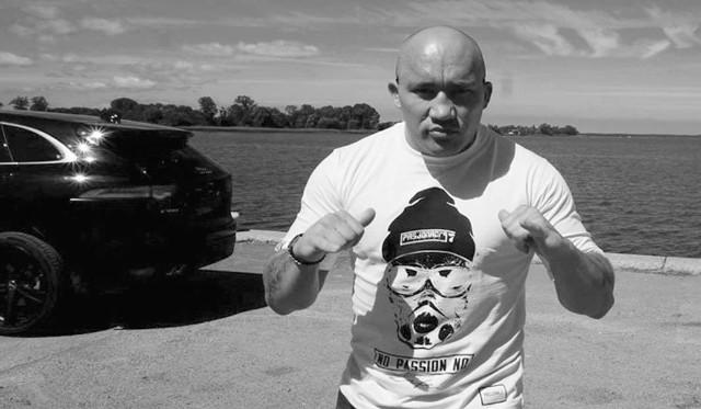 Dawid Mora miał 31 lat. Walczył w wadze ciężkiej, w federacji Fight Exclusive Night. 24 września miał wystąpić w ringu MFC10 jako jedyny zawodnik wagi ciężkiej MMA z Zielonej Góry.