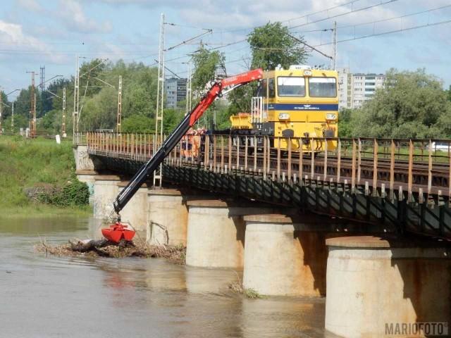 Zator pod mostem, w Opolu. Pracownicy PKP Polskie Linie Kolejowe za pomocą specjalnego dźwigu zainstalowanego na drezynie usuwali go przez kilka godzin.