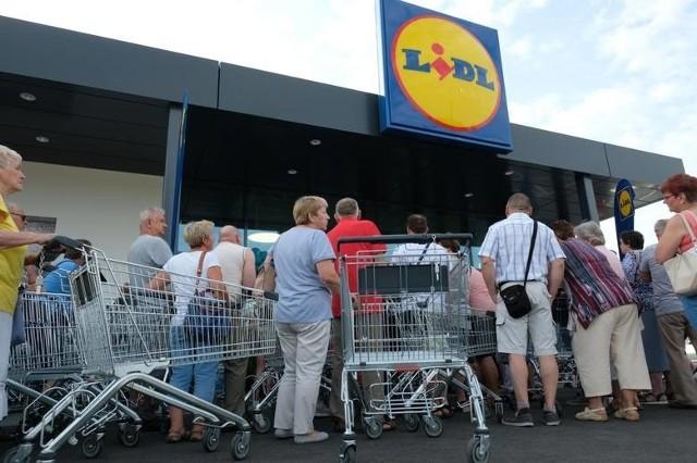 Sieć sklepów LIDL zaczyna tuż po Bożym Ciele akcję wielkiej wyprzedaży. Od 12 czerwca zostaną obniżone ceny ponad 100 artykułów. Przeceny będą sięgać nawet 80 proc. Sprawdź, jakie artykuły można będzie w Lidlu kupić taniej.