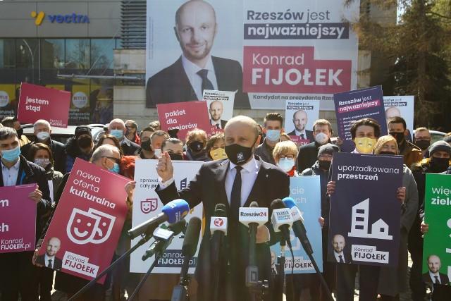 """""""Jestem stąd"""" – brzmiał znacząco napis na jednej z przedwyborczych tablic kandydata. Na innych jego hasło wyborcze: """"Rzeszów jest najważniejszy"""". Konrad Fijołek podczas spotkania rozwinął obie myśli."""
