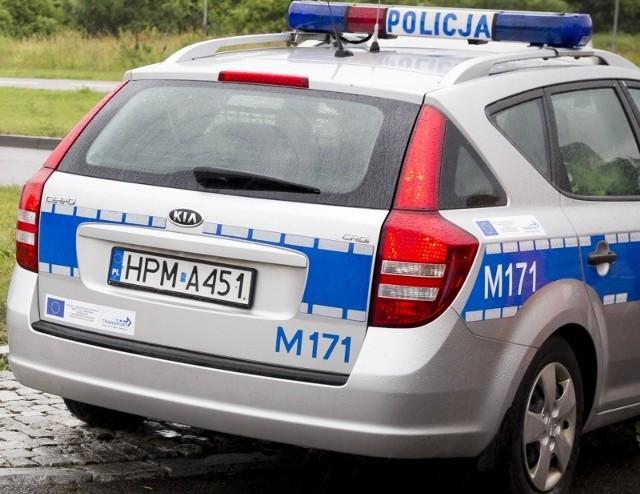 Interweniujący policjanci przeszukali mieszkanie 58-latka i znaleźli przykryty czapkami pistolet.