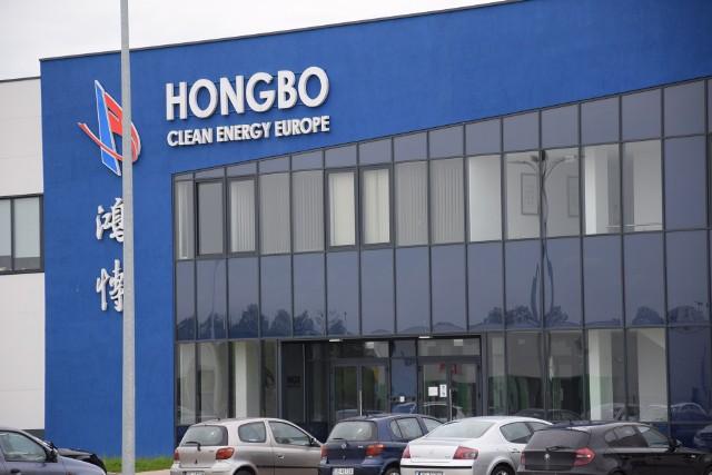 Hongbo Clean Energy Europe to spółka z chińskim kapitałem, która działa w strefie ekonomicznej w Opolu. W czerwcu zatrudniała około 130 osób.