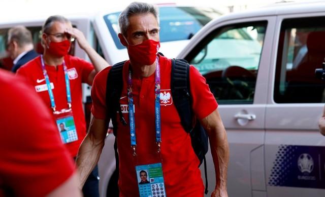 Choć Paulo Sousa z reprezentacją Polski pracuje od niedawna, miał przed sobą ważny i - jak się okazało - niełatwy do wykonania cel, a mianowicie awans z grupy na mistrzostwach Europy. Mimo porażki pozostaje w reprezentacji na eliminacje do przyszłorocznego mundialu. Gigantyczna presja i duże oczekiwania idą jednak w parze z zarobkami. Od zawsze było wiadomo, że PZPN, zatrudniając trenera zza granicy, musi się liczyć z dużym wydatkiem. Nie inaczej jest w przypadku Paulo Sousy. Wyszło bowiem na jaw, ile zarabia selekcjoner reprezentacji Polski. Jak się okazało. Paulo Sousa znalazł się wśród dziesięciu najlepiej zarabiających trenerów na EURO 2020. Czytaj dalej. Przesuwaj zdjęcia w prawo - naciśnij strzałkę lub przycisk NASTĘPNEZOBACZ TAKŻE: Paulo Sousa i jego urocza żona. Cristina Mohler, żona nowego trenera reprezentacji Polski