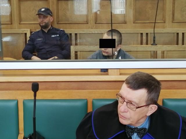 Proces 22-letniego Karola J. z Aleksandrowa, któremu prokuratura zarzuca usiłowanie zabójstwa matki, zaczął się w czwartek w Sądzie Okręgowym w Łodzi. Oskarżony przyznał się do winy, ale zapewnił, że nie chciał zabić kobiety. Odmówił składania zeznań. Grozi mu dożywocie. CZYTAJ DALEJ NA NASTĘPNYM SLAJDZIE