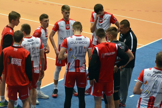 Młodzi siatkarze AKS-u V LO Rzeszów po dwóch wygranych z rzędu tym razem przegrali z wiceliderem rozgrywek