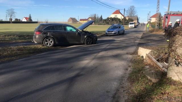 Jak wynika z pierwszych ustaleń kobieta siedząca za kierownicą terenowego mercedesa, straciła nad nim panowanie, uderzyła w betonowy słup i auto dachowało.