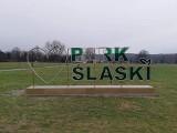 """Dewastacja w Parku Śląskim. Zniszczono napis świetlny """"Park Śląski"""". Jak tak można? Trzeba będzie dokupić dwie litery"""