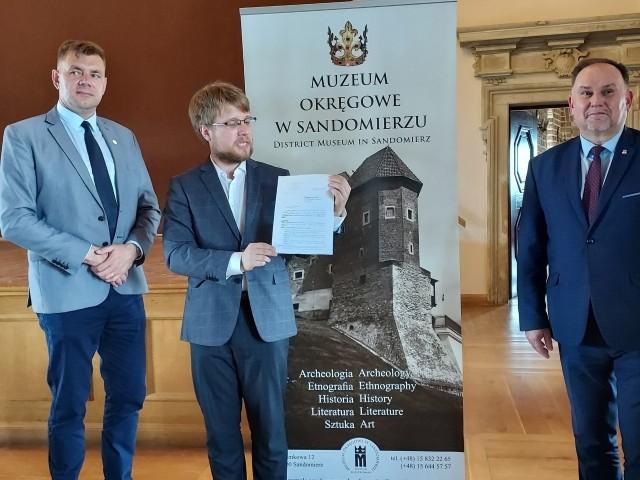 Od lewej: Burmistrz Sandomierza Marcin Marzec, Mikołaj Ketka-Kenig, dyrektor sandomierskiego Muzeum i poseł Marek Kwitek, na konferencji podczas której poinformowali o dotacji.