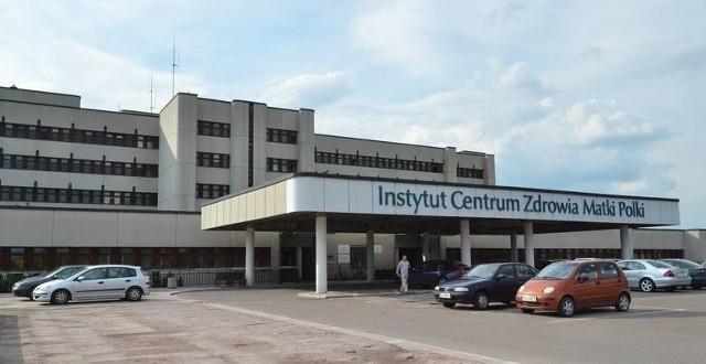 18-miesięczna dziewczynka, która w niedzielę po południu wypadła z okna z kamienicy przy ul. 6 Sierpnia, jest zakażona koronawirusem. Głównie ze względu na upadek i wielonarządowe obrażenia, jej stan jest bardzo ciężki.-Wszelkie procedury związane z bezpieczeństwem pacjentów i personelu ICZMP, zgodnie z obowiązującymi standardami, zostały zachowane - podkreśla Adam Czerwiński, rzecznik ICZMP w Łodzi. Wiadomo też, że ojciec jest zdrowy. Policjanci którzy interweniowali trafili na kwarantannę domową. Czytaj więcej na następnej stronie
