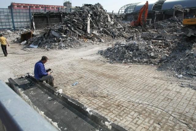 Trwa wyburzanie zniszczonej ubiegłorocznym pożarem hali F w Targach Kielce.