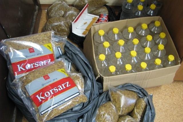Policjanci zabezpieczyli około 600 sztuk papierosów, 11,5 kg tytoniu w paczkach oraz 30 litrowych butelek spirytusu.