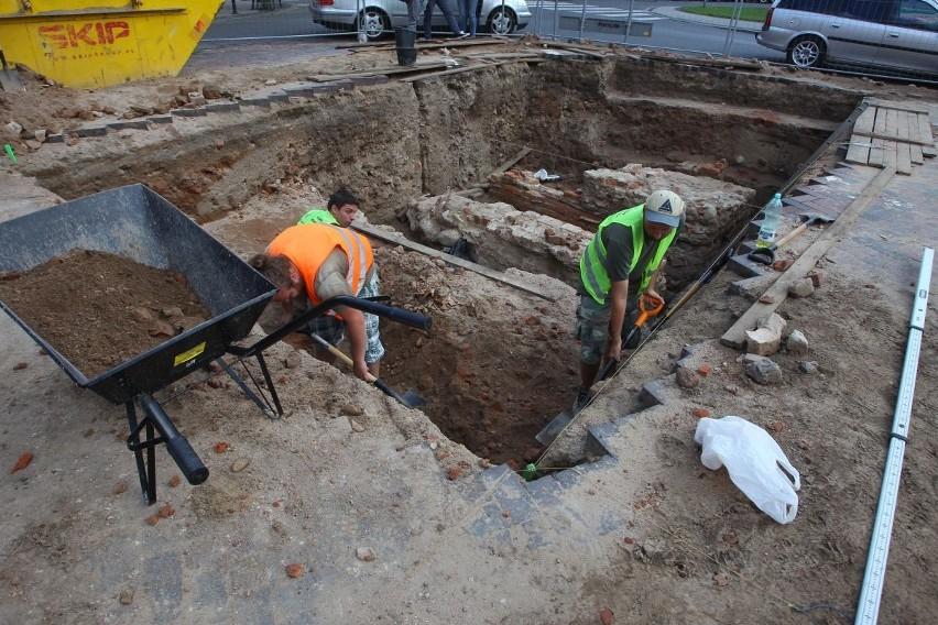 Już 850 zabytków znaleziono na placu Kolegiackim