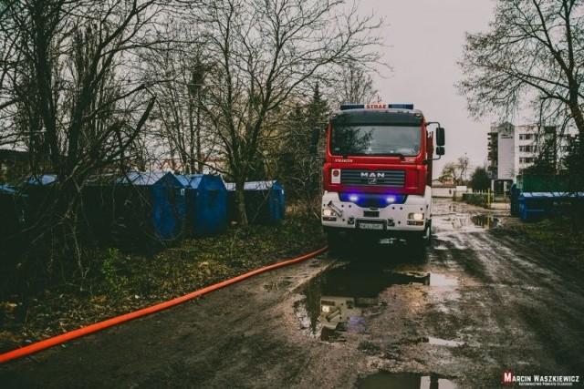 W sobotę około godziny 11.30 strażacy w Ełku zostali poinformowani o pożarze w budynku byłej chłodni owoców i warzyw w Ełku przy ul. Bora Komorowskiego.