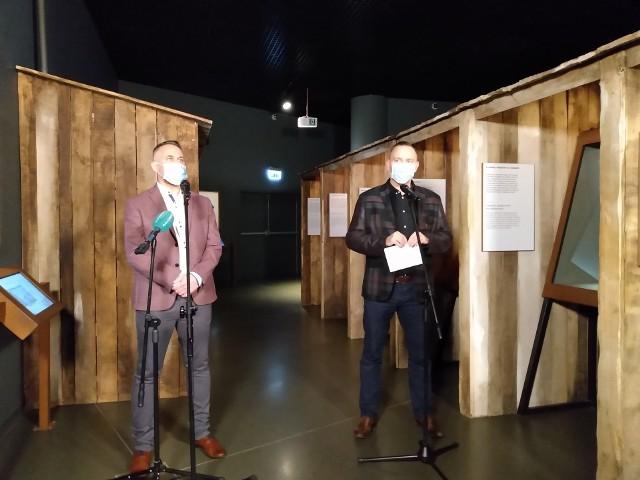 Konferencja prasowa dyrektora MIIWŚ dr. Karola Nawrockiego (z prawej), obok dr. Marka Szymaniaka, kierownika Działu Naukowego placówki
