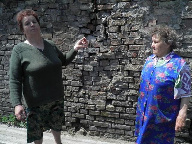 Michalina Sobczak (z prawej) mieszka tuż przy drodze. - Od tych tirów to mury pękają, a z dachu spadają dachówki - żaliła się. Na zdjęciu z córką Janiną Skrzypnik.