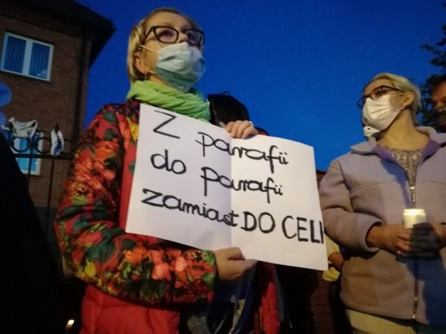 """Protest w Kaliszu jest echem filmu braci Sekielskich """"Zabawa w chowanego"""", który ujawnia kolejne przypadki pedofilii w Kościele. Jednym z bohaterów dokumentu jest ksiądz Arkadiusz H., były proboszcz parafii w Sycowie, Pleszewie, Chwaliszewie i Skalmierzycach. To także były kapelan kaliskiego szpitala. Kolejne zdjęcie -->"""