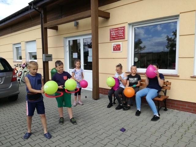 W bibliotecznej filii w Trzeciewnicy część wakacyjnych zajęć dla dzieci odbywała się na świeżym powietrzu